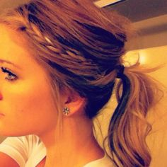 Mini braid in ponytail Braid Ponytail, Ponytail Girl, Messy Ponytail Tutorial, Braid Bangs, Boho Braid, Braided Pony, Workout Hair, Simple Hairstyles, Ponytail Hairstyles
