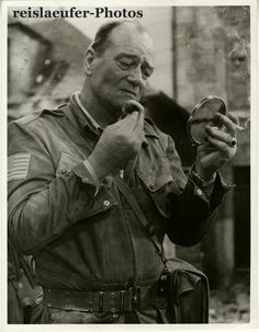The Vintage Nrws. John Wayne on the set of The Longest Day, Wayne was never ashamed of appearing in front of the cameras without his hairpiece. He wore it in his films and at formal events. Classic Hollywood, Old Hollywood, John Wayne Quotes, Westerns, Clint Walker, Actor John, Imagines, My Guy, Best Actor