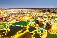Vulcão Dallol, Etiópia. Este local pode chegar aos 60ºC e torna-o num dos mais quentes do planeta. A paisagem é criada por sal e enxofre expelidos durante a atividade vulcânica.