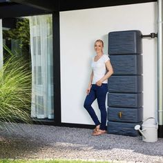 This wall-mounted water butt perfectly integrates functionality and design. This waterbutt is available in stone effect or as a wood effect water butt. Water Catchment, Water From Air, Natural Farming, Water Collection, Rainwater Harvesting, Water Storage, Water Systems, Save Water, Bauhaus