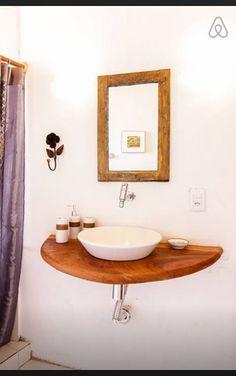 Pia banheiro com base em madeira.