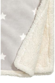 Star-print blanket: Large blanket in soft fleece with a star print on the front and soft plush back.