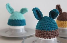 """Ja det er lidt corny med """"æggevarmere"""" men det er som om at det i påsken godt må være liiidt for meget ik :) Som en værtinde gave til årets påskefrokost hæklede jeg derfor disse med kan…"""