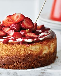 Strawberry Cheesecake via Sweet Paul Magazine # I will make mine plain and add the fruit on later as sliced .This way the leftover cheesecake doesn't get soggy and wrecked. Unless u are sure you are going to get that thing devoured then go for it. Strawberry Cheesecake, Strawberry Recipes, Cheesecake Recipes, Dessert Recipes, Oreo Cheesecake, Just Desserts, Delicious Desserts, Yummy Food, Cupcakes