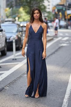 Mejor - ELLE.es. Blue open maxi dress+silver strappy heeled sandals+white chain shoulder bag. Summer Dressy Casual Outfit 2017