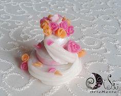 Bomboniera in porcellana per matrimonio a forma di wedding cake con bouquet fatto a mano. Handmade porcelain wedding cake bouquet favours.