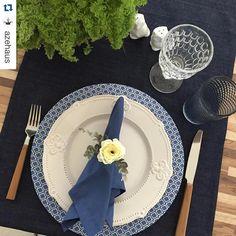 """Detalhe: passadeira azul de linho. """"Esse trilho jeans da Mo é um luxo!! Super versátil!!! #Repost @azehaus with @repostapp. ・・・ E a mesa do jantar foi assim!!! Viu que hoje encerra a…"""""""
