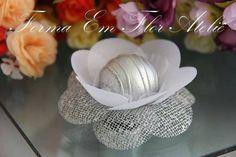 Forminha decorativa para doces finos , dimensões do produto: base para o docinho 3cm, largura total 8cm. cor prata com branco. R$ 0,84