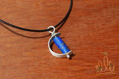 PINGENTE BLUELINE #148 pingente em prata texturizada formato meia lua com destaque para a aplicação de lápis lázuli de cor super viva com incrustações de pirita o que confere os tons dourados à pedra. Para ótimas vibrações!