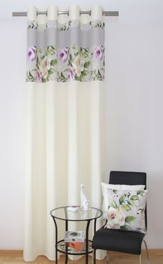 Zasłony i narzuty w kolorze kremowym z pasem szarym w kwiaty