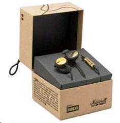 """Audífonos de """"chicharo"""", en color negro y dorado. Su diseño evita el movimiento dentro de la oreja, generando un máximo confort. Cuentan también con micrófono y control remoto para usarlos con un celular. Sus cables son resistentes al enredo...."""