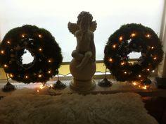 Strokransen met mos, dennentaken en lampjes en balletjes! Het engeltje brengt net even het extra kerstsfeertje! Gezellige dagen!