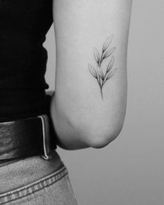Simbolos Tattoo 32639 When the hand poke technique is at the service of nature in a search for a monochrome aesthetic Mini Tattoos, Trendy Tattoos, Unique Tattoos, Cute Tattoos, Beautiful Tattoos, Flower Tattoos, Body Art Tattoos, New Tattoos, Small Tattoos