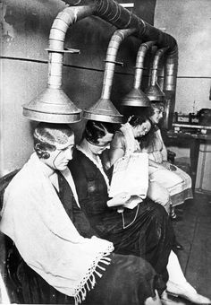 Vintage Beauty Salons – Hilarious photos of the early hair dryers from between the and Vintage Hair Salons, Pelo Vintage, Retro Waves, Retro Hairstyles, Prom Hairstyles, Jolie Photo, Beauty Shop, Vintage Pictures, Ancient History