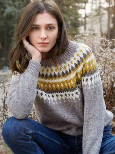 VARDE damegenser i grått/gult. Garnpakke i Finullgarn fra Rauma Garn. Pullover Design, Sweater Design, Icelandic Sweaters, Knit Leg Warmers, Knit Fashion, Knitted Bags, Knitting Designs, Knit Patterns, Knitwear