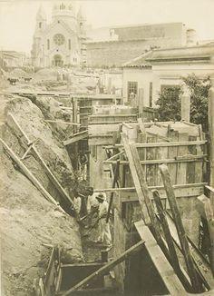 1910 - Construção das fundações do Viaduto Santa Ifigênia. A Inglaterra venceu a concorrência, mas a estrutura metálica, totalmente fabricada na Bélgica, chegou ao porto de Santos, venceu as dificuldades da subida da Serra do Mar pela Estrada de Ferro São Paulo Railway e foi montada entre 1911 e 1913 sob a supervisão do mestre de obras alemão Johann Grundt.
