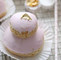 Disse er dyppet i rosa glasur og toppet med gullblad for et ekstra søtt utseende.