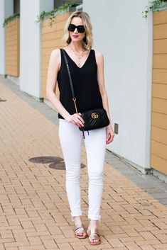 Don't you love the classics? Easy black and white outfit combos always look good and are a cinch to put together. I love adding gold accessories. Gold And White Outfit, White Jeans Outfit Summer, How To Wear White Jeans, White Outfits, Summer Outfits, Black White, White Gold, White Fashion, Fashion Fashion
