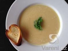 Jednoduchá polévka z červené čočky.
