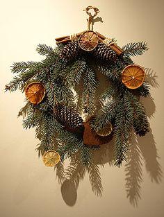 La couronne est un ancien symbole aux significations multiples. Les couronnes rondes évoquent le soleil et annoncent son retour. La couronne est un cercle qui rappelle que le temps des fêtes nous revient à chaque année. Il symbolise aussi que Jésus va revenir, que l'Avent n'est donc pas seulement l'attente avant Noël, mais aussi bien l'attente du Retour du Christ. Christmas Wreaths, Christmas Decorations, Holiday Decor, Winter Solstice, Jingle Bells, Merry And Bright, Yule, Orange, Ideas