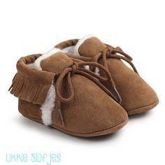 Babyschoenen Bruin Mocassins Fringe Gevoerd voor meisjes. Een echte musthave voor in de winter. Super warm door de zachte voering.