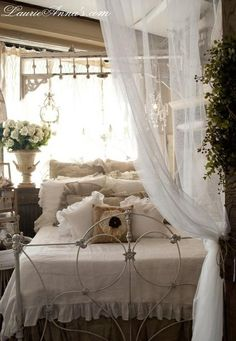 Romantic bedrooms are so dreamy.
