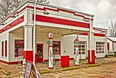 This is the original Texaco Station here in Smithville. It retains some of the antique features such as the glass Gas Tanks in front.Now,it is Miss Vicki's emporium & Ice Creanm Parlor!