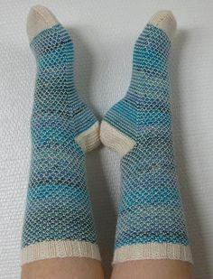 Minulla oli alun perin puikoilla vinkeämpi malli, mutta se oli rasittava tehdä, joten päätin kokeilla Broken Seed Stitch -sukkien ohjetta...