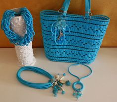 Borse con fettuccia e rete: idee originali fai da te [FOTO] - NanoPress Donna Blue Crafts, Diy Tote Bag, Net Bag, Recycled T Shirts, Crochet Handbags, T Shirt Yarn, Plastic Canvas Patterns, Diy Necklace, Bargello