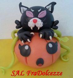 FraDolcezze: GATTO MANNARO KAWAII. Torte decorate in pasta di zucchero. Halloween Hello Kitty, Kawaii, Christmas Ornaments, Halloween, Holiday Decor, Character, Home Decor, Decoration Home, Kawaii Cute