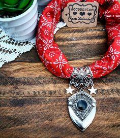 "13 Me gusta, 3 comentarios - Accesorios Romina Rolandelli (@rominarolandelli) en Instagram: ""❤❤❤ Collar pañuelo.. choker o al pecho..☝☝ #accesoriosromirolandelli ❤❤❤"" Fabric Necklace, Fabric Jewelry, Beaded Jewelry, Bandana Crafts, Denim Crafts, Bandana Scarf, Bandana Print, Kids Market, Create And Craft"