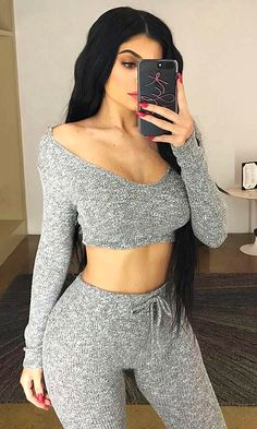 Kendall and Kylie Jenner flash their bare shoulders Kylie Jenner Outfits, Photos Kylie Jenner, Kylie Jenner Mode, Trajes Kylie Jenner, Looks Kylie Jenner, Kyle Jenner, Kylie Jenner Long Hair, Kylie Jenner Fashion, Estilo Kylie Jenner