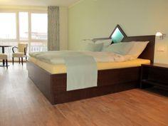 Jedes unserer 22 Doppelzimmer, drei Einzelzimmer und jede der drei Ferienwohnungen empfängt Sie liebevoll dekoriert und sorgfältig eingerichtet.