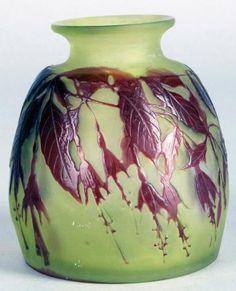 Émile GALLÉ (1846-1904) PETIT VASE ovoïde à col évasé en verre doublé rouge sur fond vert à décor dégagé à l'acide de fuchsias. Signé. Haut.: 9,5 cm