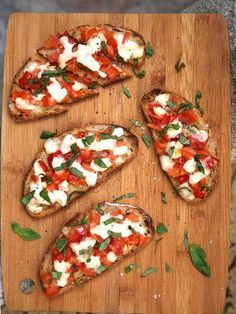 Bruschetta with mozzarella - italian recipes Love Eat, Love Food, Vegetarian Recipes, Cooking Recipes, Healthy Recipes, Salad Recipes, Bruchetta, Tomate Mozzarella, Tostadas