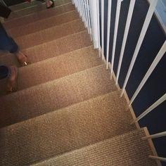 Kiva portaiden päällysmateriaali. Kestäväkin ilmeisesti, koska moni on näitä messujen aikana jo tavannut. #asuntomessut #Kivistö #portaat #juuttimatto #trendiväri #sisustus