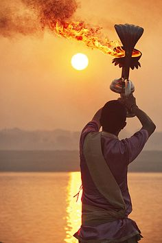 Dawn Hindu prayers on the banks of the sacred River Ganga, in India. 卐ॐ Dawn Hindu prayers on the banks of the sacred River Ganga, in India. Carlos Castaneda, India Linda, Casa Dos Hobbits, Rajasthan Inde, Amazing India, India Culture, Essential Oil Perfume, Rishikesh, Varanasi