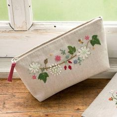 West of the Moon, East of the Sun: Primavera su stoffa Embroidery Purse, Ribbon Embroidery, Cross Stitch Embroidery, Embroidery Patterns, Fabric Bags, Small Bags, Handmade Bags, Purses And Bags, Coin Purse