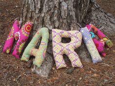 son letras-cojín blanditas con las que personalizar un nombre, que se pueden utilizar para decorar una habitación infantil, como cabecero o para regalar como cesta de nacimiento