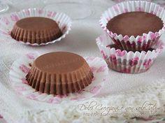 I Cioccolatini cremosi ai tre cioccolati sono dei golosissimi piccoli pasticcini al cioccolato, formati da due strati di scioglievole bontà. Panna Cotta, Buffet, Mamma, Biscotti, Breakfast, Desserts, Food, Deserts, Morning Coffee