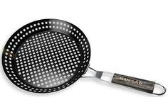 MAN LAW BBQ-panna Nu kan du enkelt grilla fräscha tillbehör till ditt grillade kött eller fisk. Handtaget är i vackert samt tåligt trä. 30 cm i diameter Rek. butikspris: 395.00 SEK