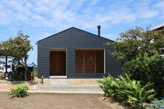 離れと納屋を解体して、既存の庭を囲むように計画した平屋の住宅。