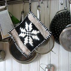 Band-weave edged potholders pattern by Hélène Magnússon Potholder Patterns, Knitting Patterns, Rose Patterns, Intarsia Knitting, Old Shoes, Garter Stitch, Or Rose, Contemporary Design, Pot Holders