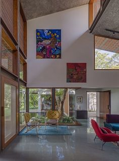 Khosla Associates Design a Vibrant and Eclectic Home in Bengaluru, India Contemporary Interior Design, Home Interior Design, Interior And Exterior, Interior Decorating, Tropical House Design, Tropical Houses, Style At Home, Architecture Design, Staircase Wall Decor