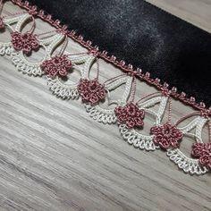 - ideas hermosas y diferentes Crochet Ruffle, Crochet Lace Edging, Crochet Borders, Crochet Art, Baby Knitting Patterns, Crochet Patterns, Saree Kuchu Designs, Lace Border, Needle Lace