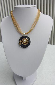 Handgefertigter Anhänger aus schwarzen Nespressokapseln,  verziert mit einer goldfarbenen Metallspirale, einer Perle und kleinen goldfarbenen Metallblümchen. Beidseitig hochwertig und sauber...
