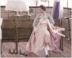 현대와 전통의 믹스매치로 한복의 개성을 마음껏 살렸다. 올가을 김숙진우리옷의 새로운 제안을 만나보자. -1Designed by 김숙진우리옷비취색 치마와 개나리색 당의가 소재의 특징을 살려 자연스러운 실루엣을 연출했다. 치마 사이로 보이는 너른바지와 단속곳의 아름다움이 포인트. 업스타일과 어우러져 바람에 날리는 홍색 고름이 아름답다.서양 의상에서나 봄직한 페이즐 패턴…