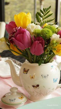 Tetera con tulipanes de colores
