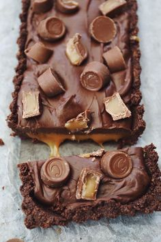 Chocolate tart with caramel, fudge og Center chocolates – Frederikke Wærens Cereal Recipes, Baking Recipes, Cake Recipes, Snack Recipes, Dessert Recipes, Chocolate Balls Recipe, Chocolate Desserts, Dessert Party, Biscuits