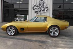 Richard Rawlings and the Gas Monkey Garage crew built this beautiful 1968 Corvette to match a Hot Wheels car perfectly—complete with sky-high blower. Richard Rawlings, Gas Monkey Garage, Rat Rods, Gaz Monkey, Vw Vintage, Us Cars, Sport Cars, Chevrolet Corvette, Chevy